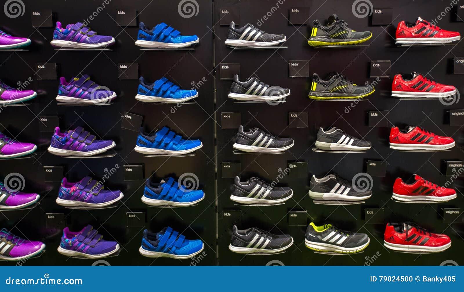 Adidas interno immagazzina in Siam Paragon Shopping Mall a Bangkok, Tailandia