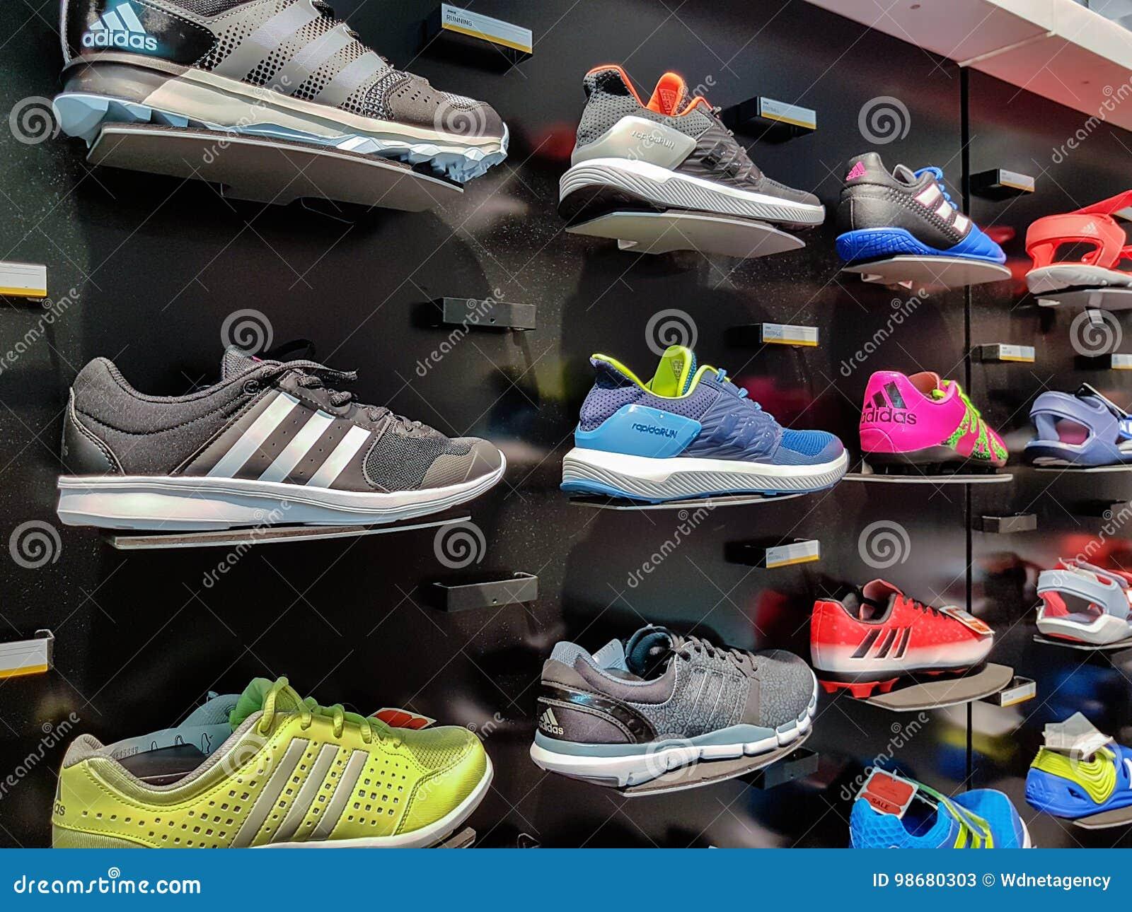 MOSCA, RUSSIA 12 APRILE: Scarpe Di Originali Di Adidas In