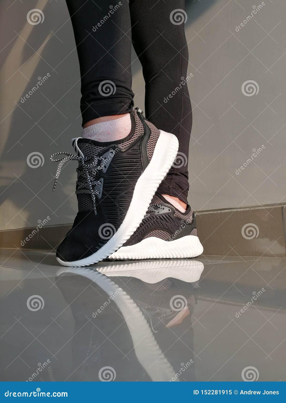 Adidas Woman& x27; instrutores de s