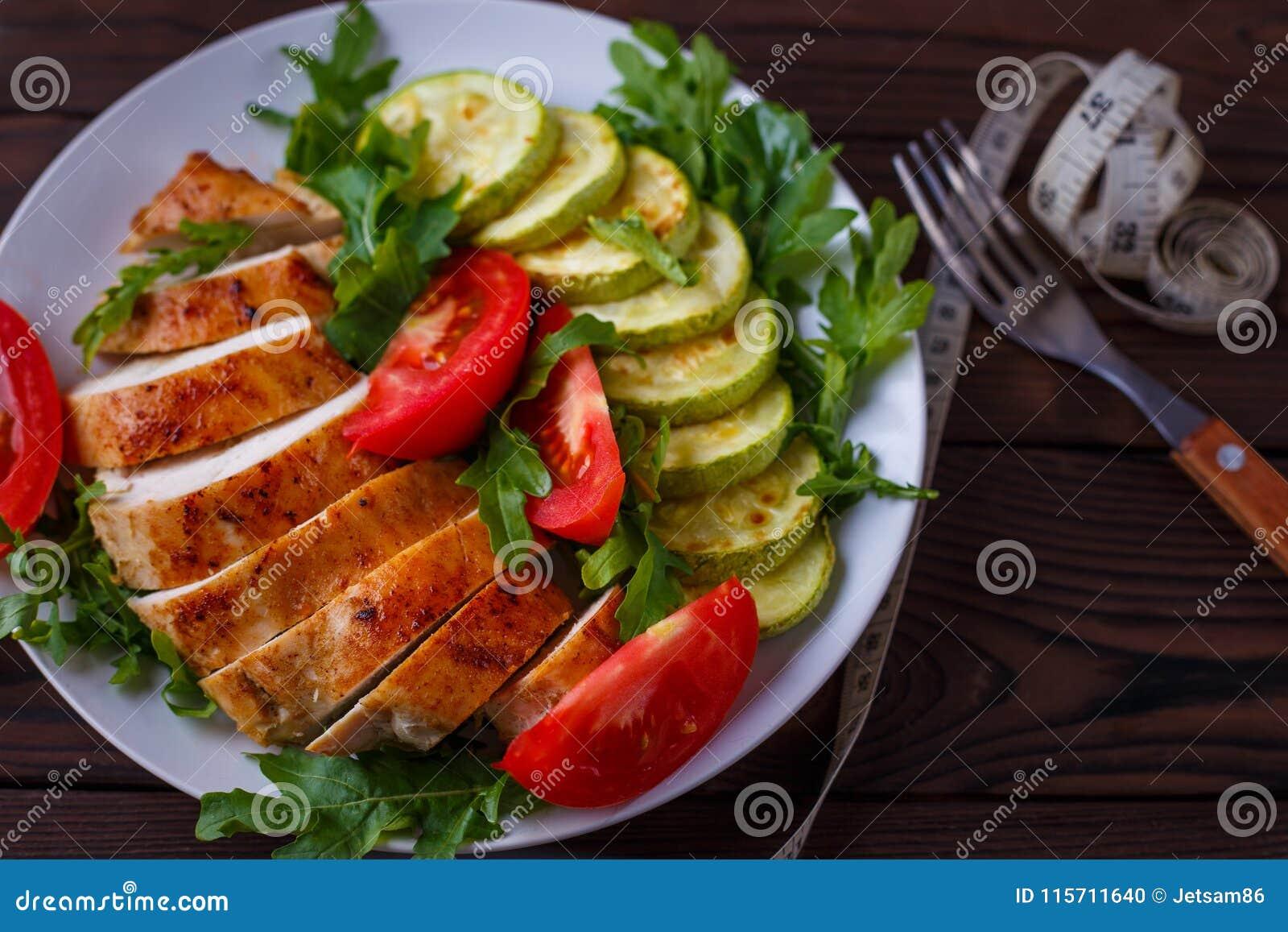 Adiete el concepto, forma de vida sana, comida baja en calorías Chicke cocido