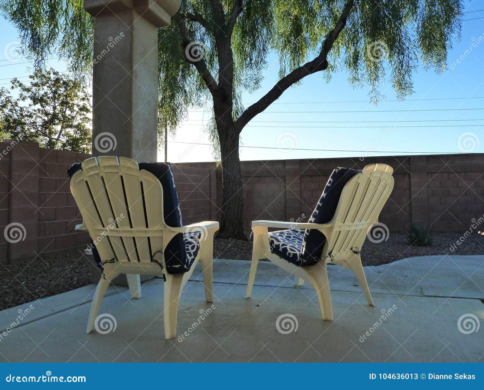 Download Adirondak Stoelen In De Binnenplaats Van Arizona Stock Afbeelding - Afbeelding bestaande uit middag, stoelen: 104636013