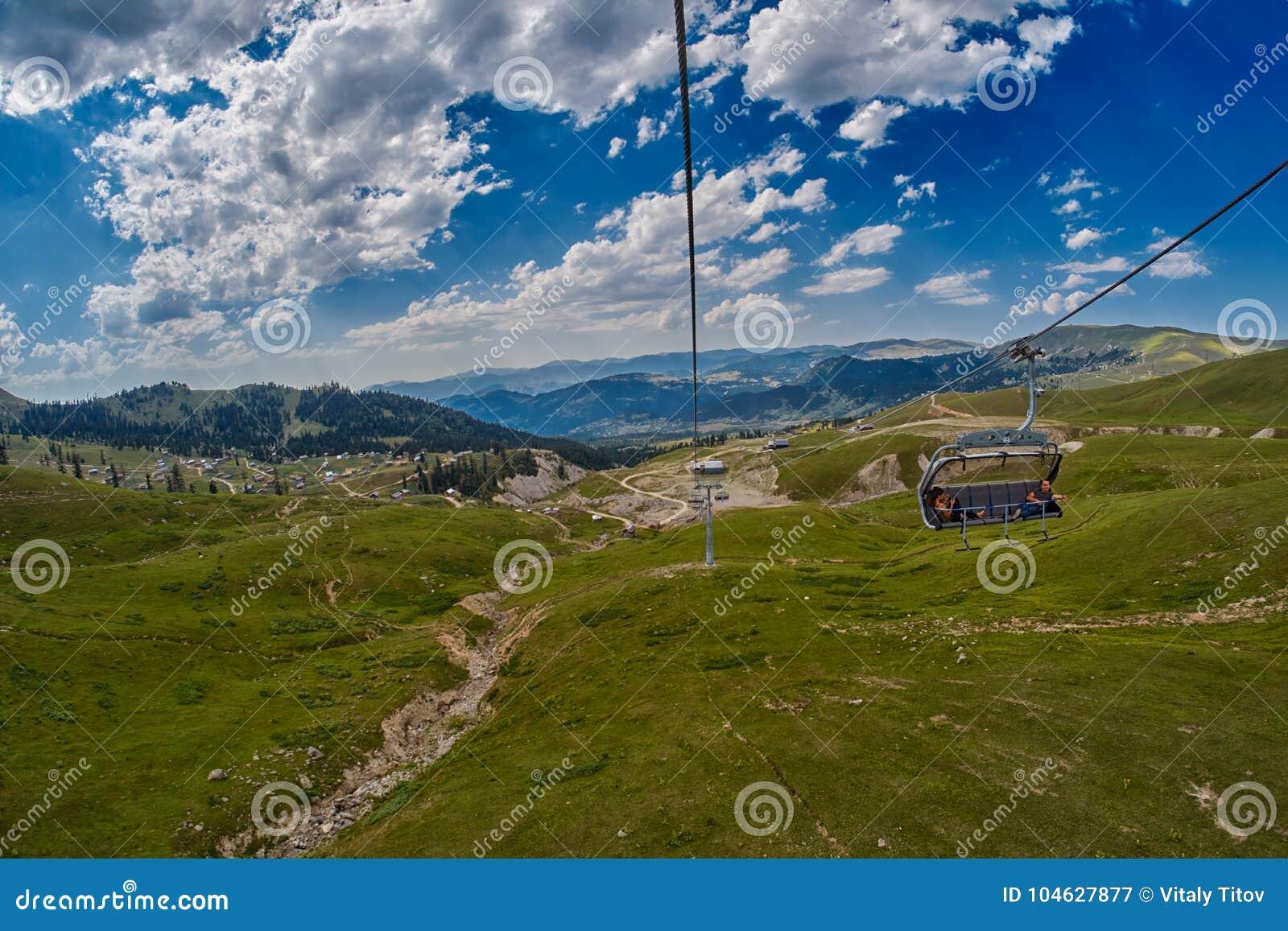 Download ADJARA-GEBIED, GEORGIË - 08 Augustus 2017: Het Gelukkige Toeristen Berijden Redactionele Fotografie - Afbeelding bestaande uit groen, georgië: 104627877