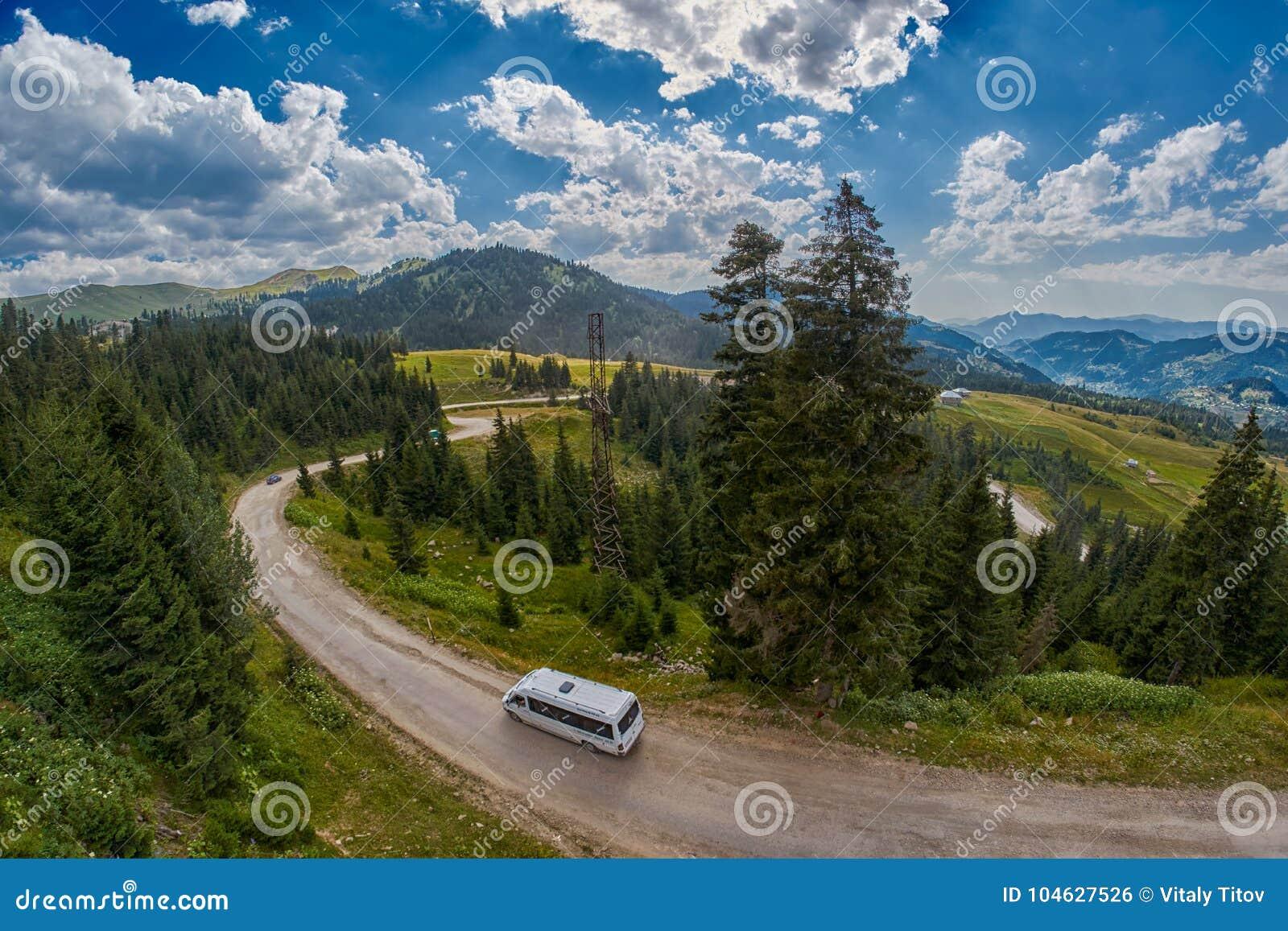 Download ADJARA, GEORGIË - 08 AUGUSTUS 2017: Toeristische Bus In Bergen Van Redactionele Foto - Afbeelding bestaande uit gebied, nave: 104627526