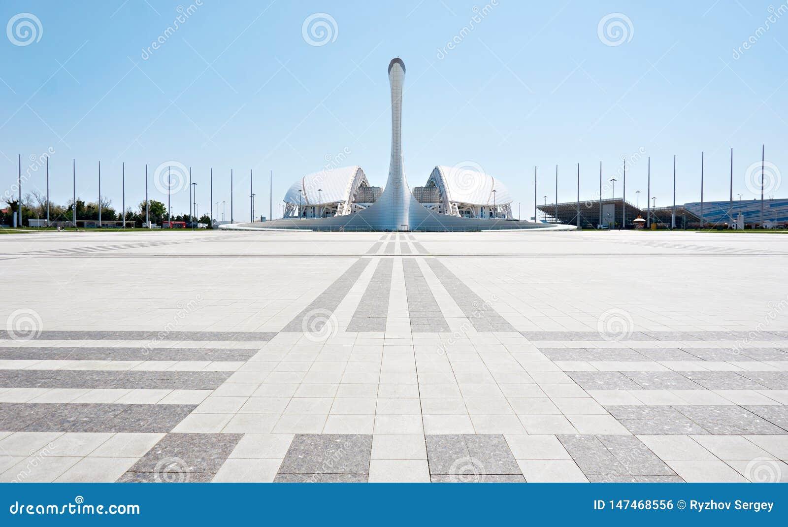 ADLER, SOCHI ROSJA, Kwiecie?, - 26, 2019: Fisht pochodnia przy Sochi Olimpijskim parkiem i stadium