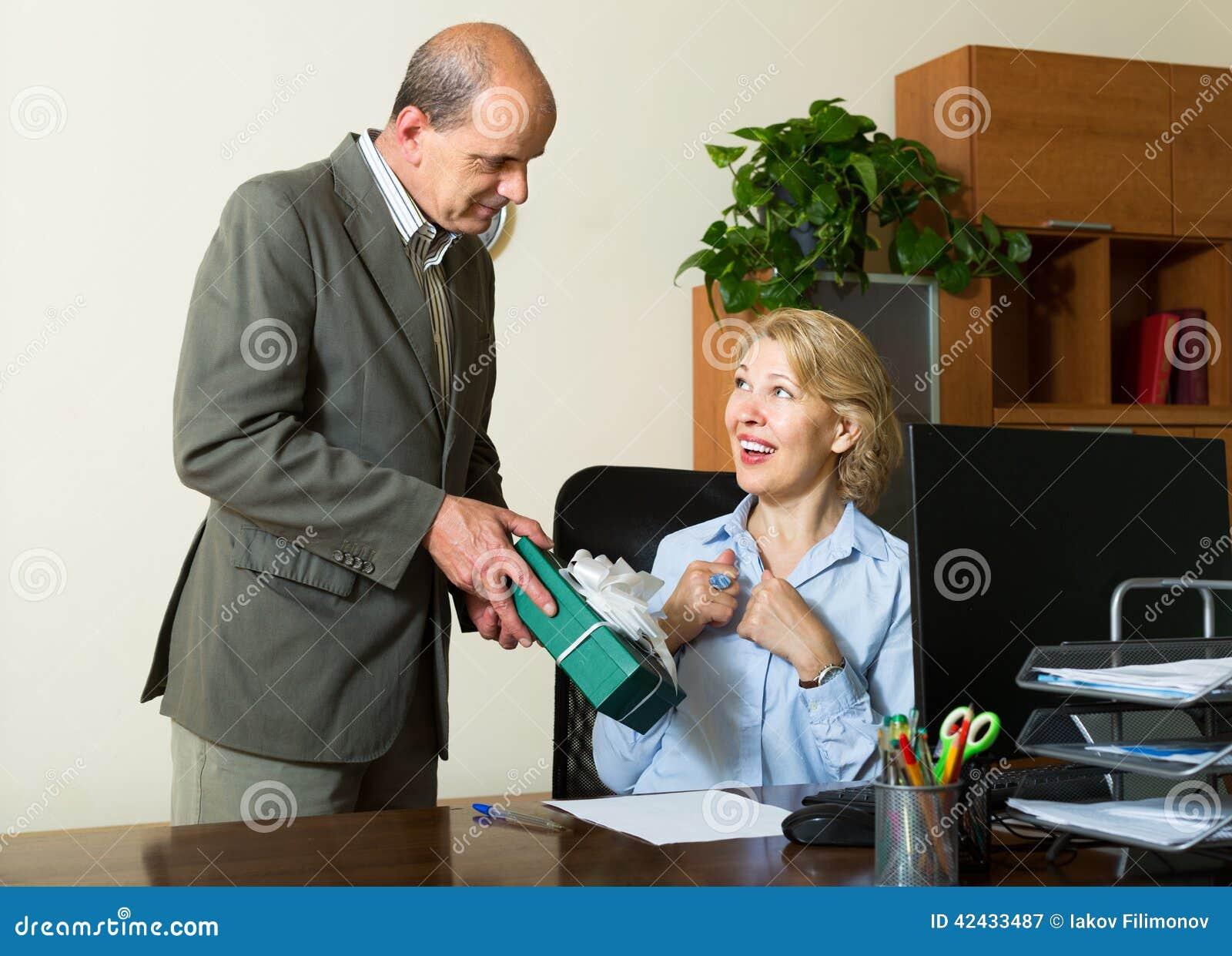 Administrador de oficinas que felicita a la secretaria