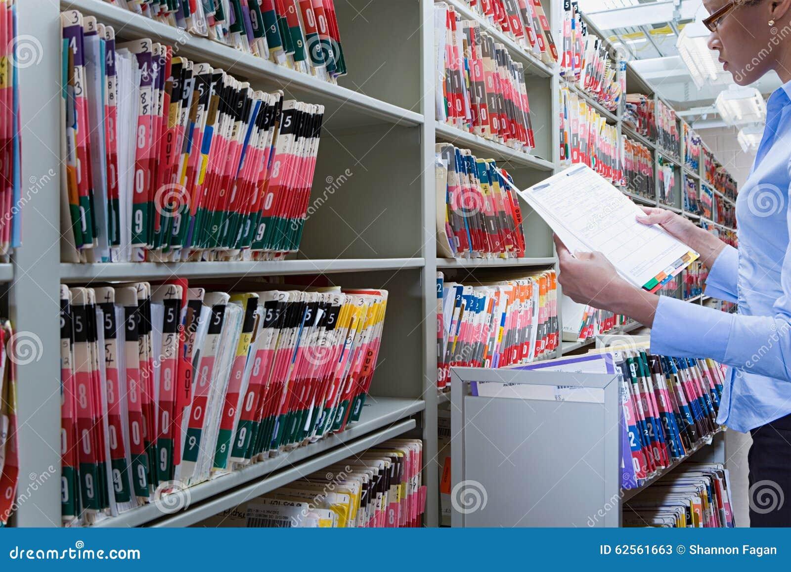 Administrador do hospital nos arquivos