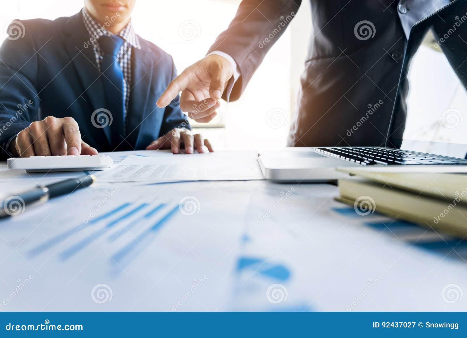 Administratora biznesowego mężczyzna sekretarki i inspektora pieniężny mak