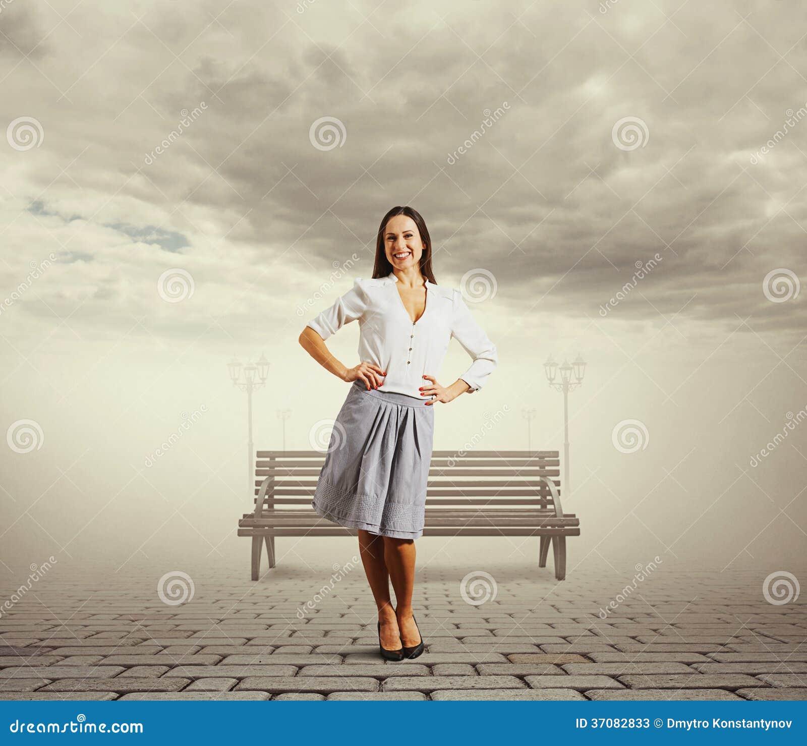 Download Ładna Kobiety Pozycja Na Ulicie Obraz Stock - Obraz złożonej z dosyć, park: 37082833