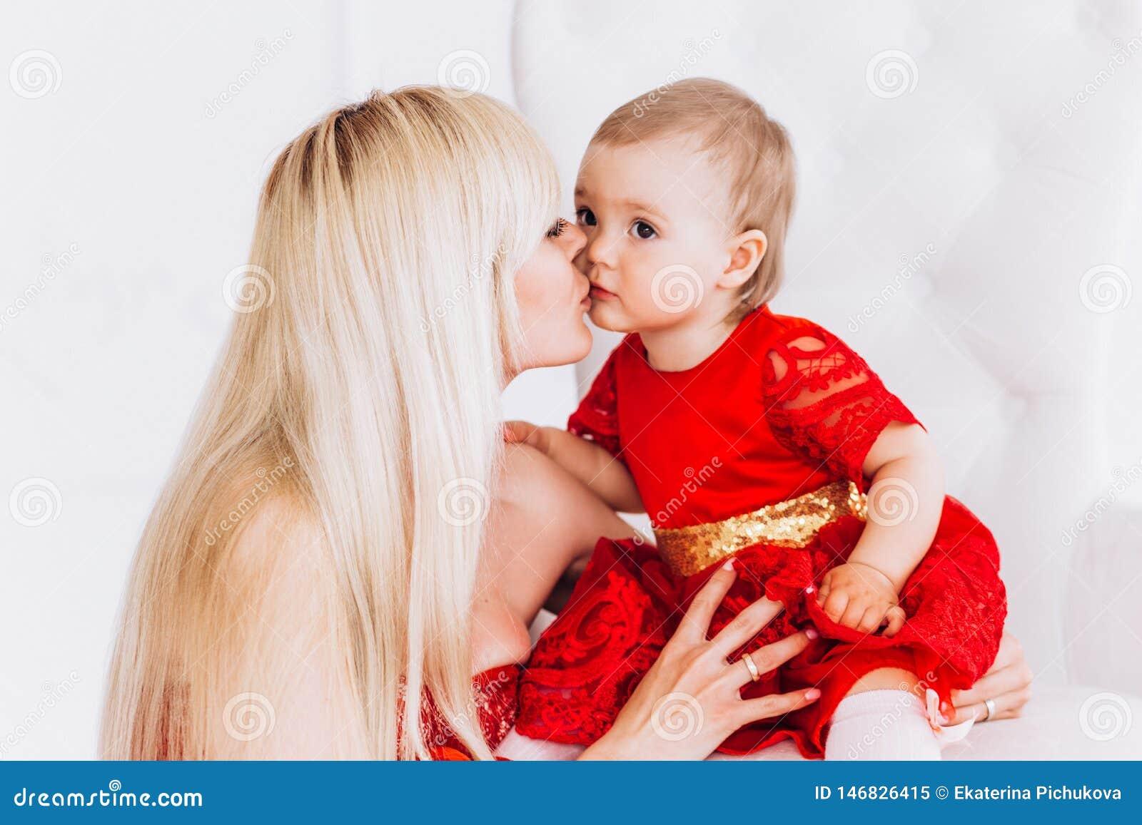 ?adna, rodzinna, dobra fotografia matka, i c?rka w czerwieni ubieramy w studiu Matek c?rki i dzie?