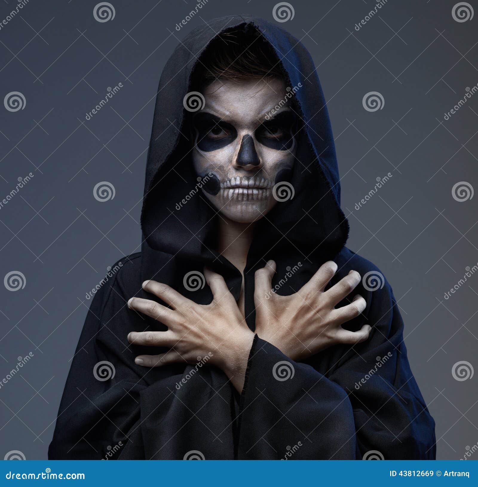 Ado avec les mains fermées de crâne de maquillage