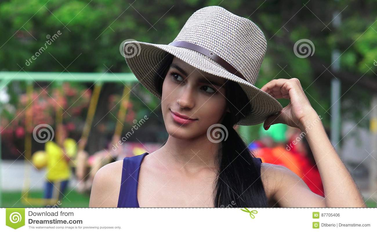 Ado femelle au terrain de jeu de parc