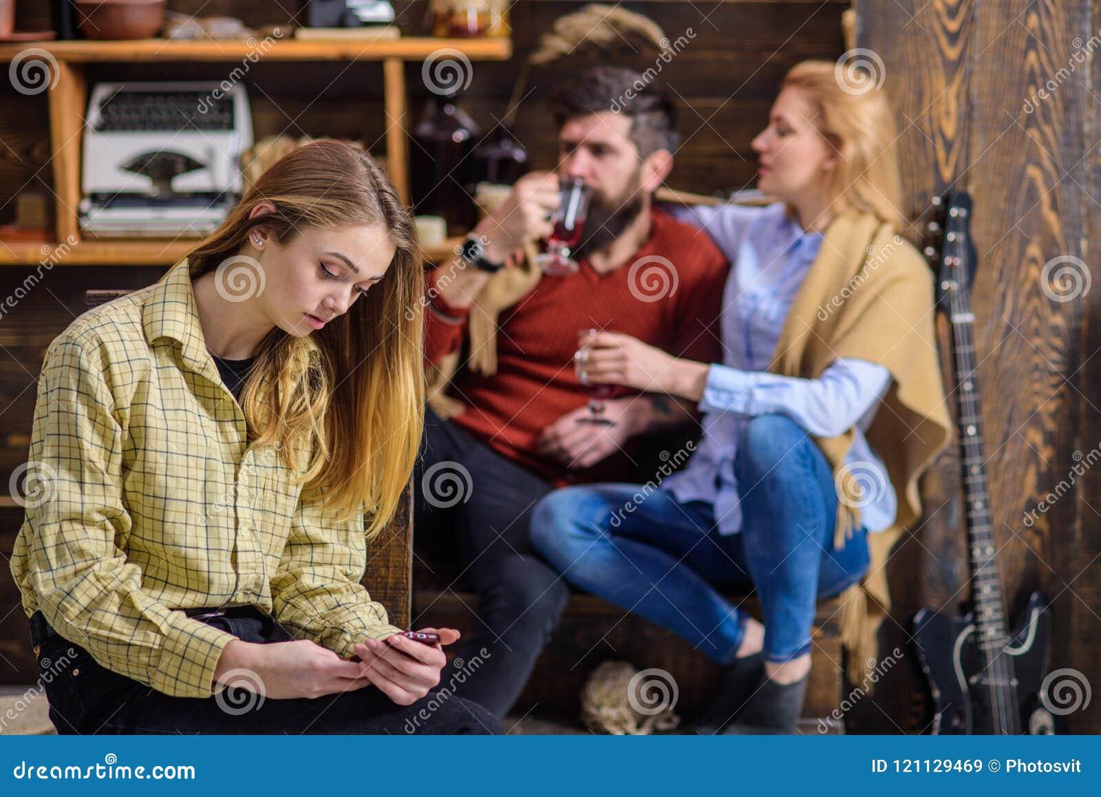 Adolescent absorbé avec l instrument et ne pas parler aux parents, espace de génération, concept rebelle de la jeunesse Homme bar