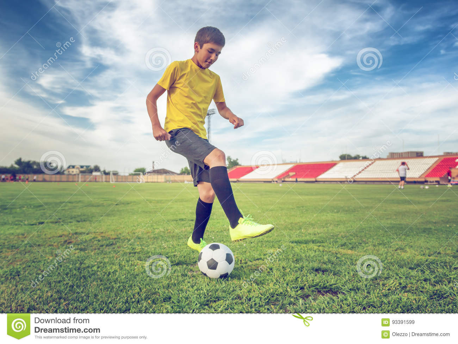 Adolescent asiatique de garçon jouant le football au stade, sports, outd