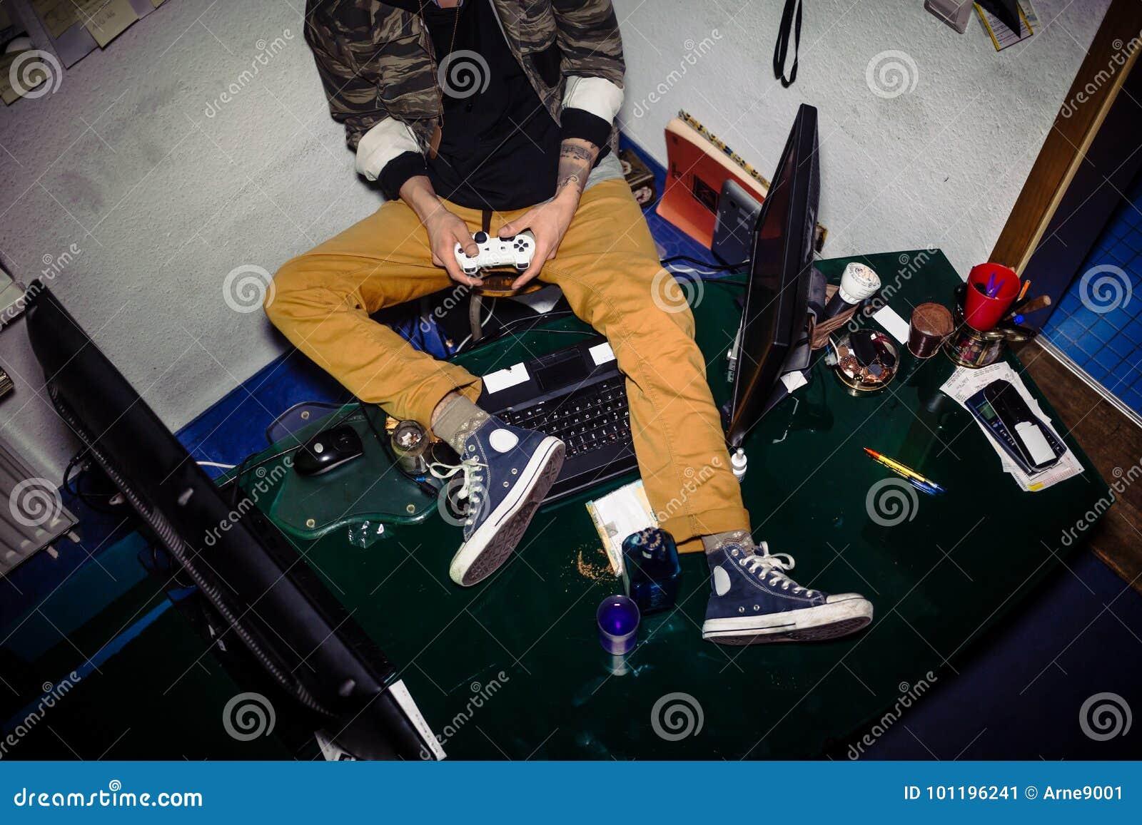 Adolescent avec la dépendance de jeu vidéo jouant tout en me reposant sur