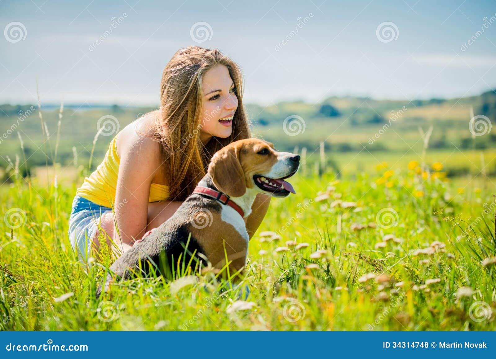 adolescent avec son chien photos libres de droits image 34314748. Black Bedroom Furniture Sets. Home Design Ideas