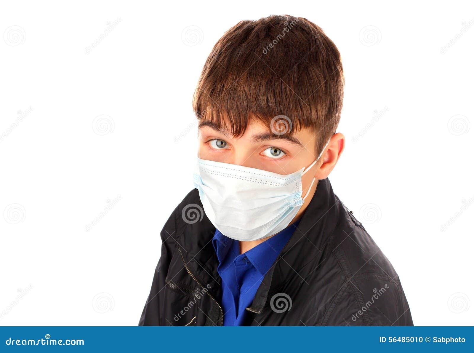Adolescent dans le masque de grippe