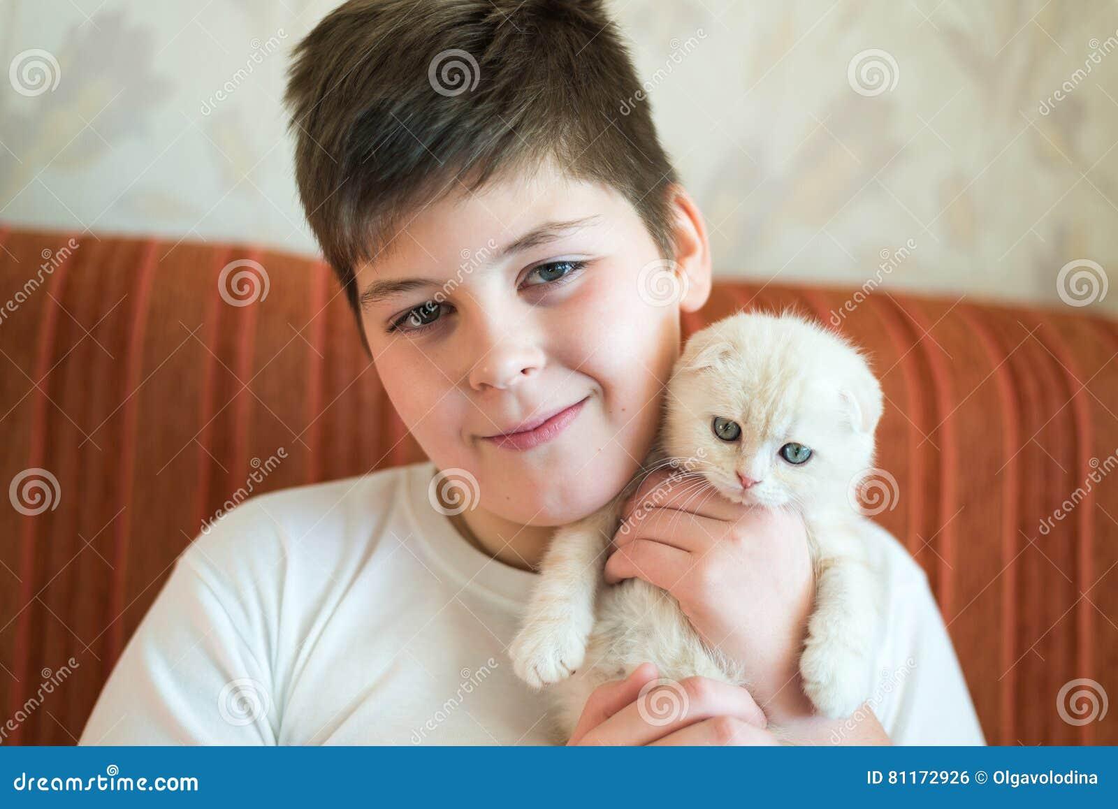 Adolescent de garçon tenant le chaton dans des ses bras