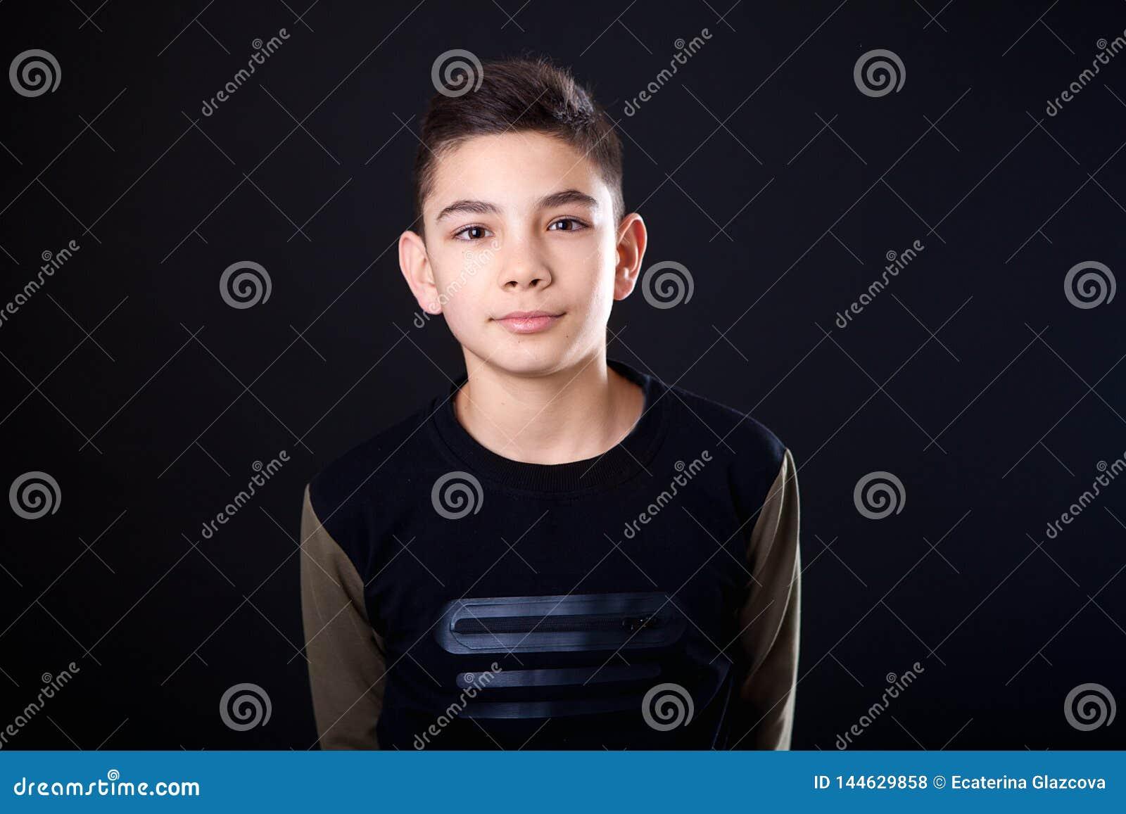 Adolescent de portrait sur un fond noir