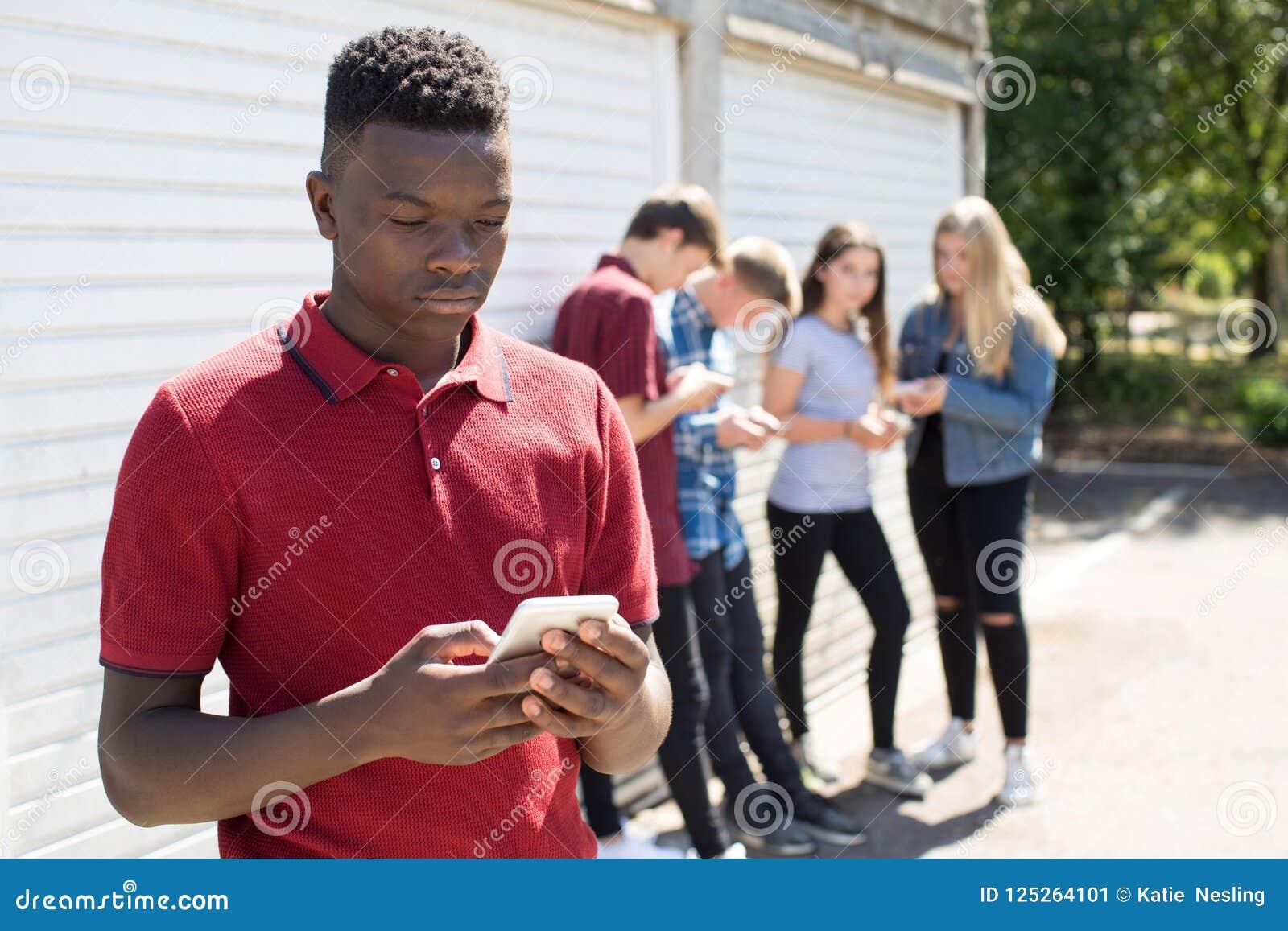 Adolescent intimidé par le message textuel