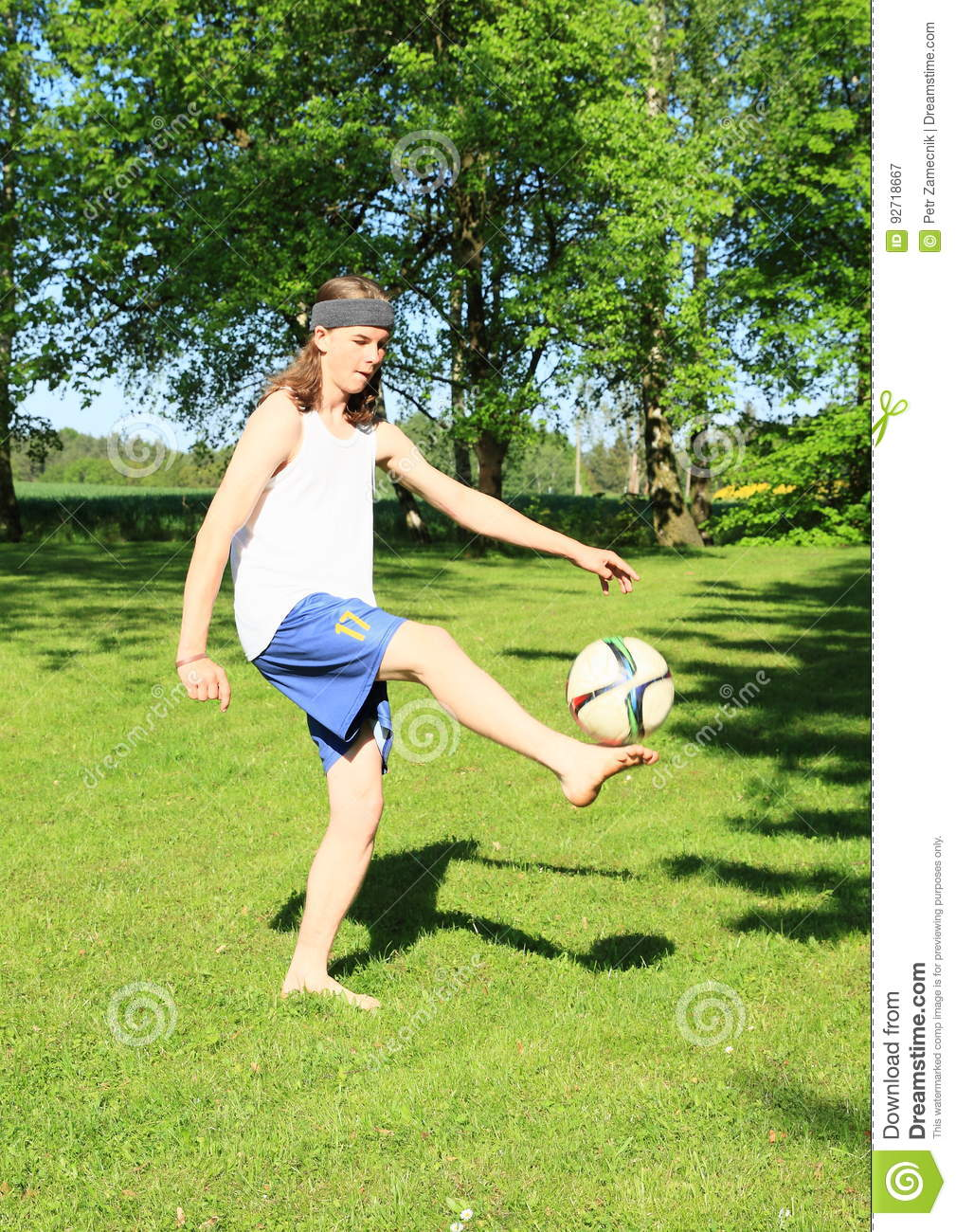 Adolescent jouant le football