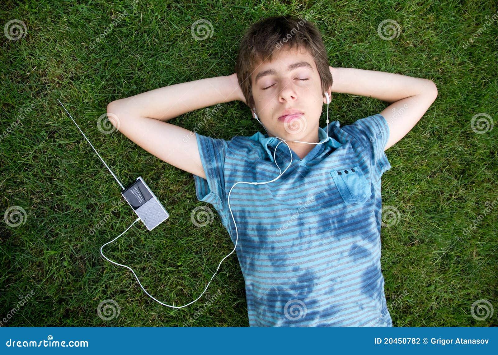 Adolescent mâle écoutant la musique