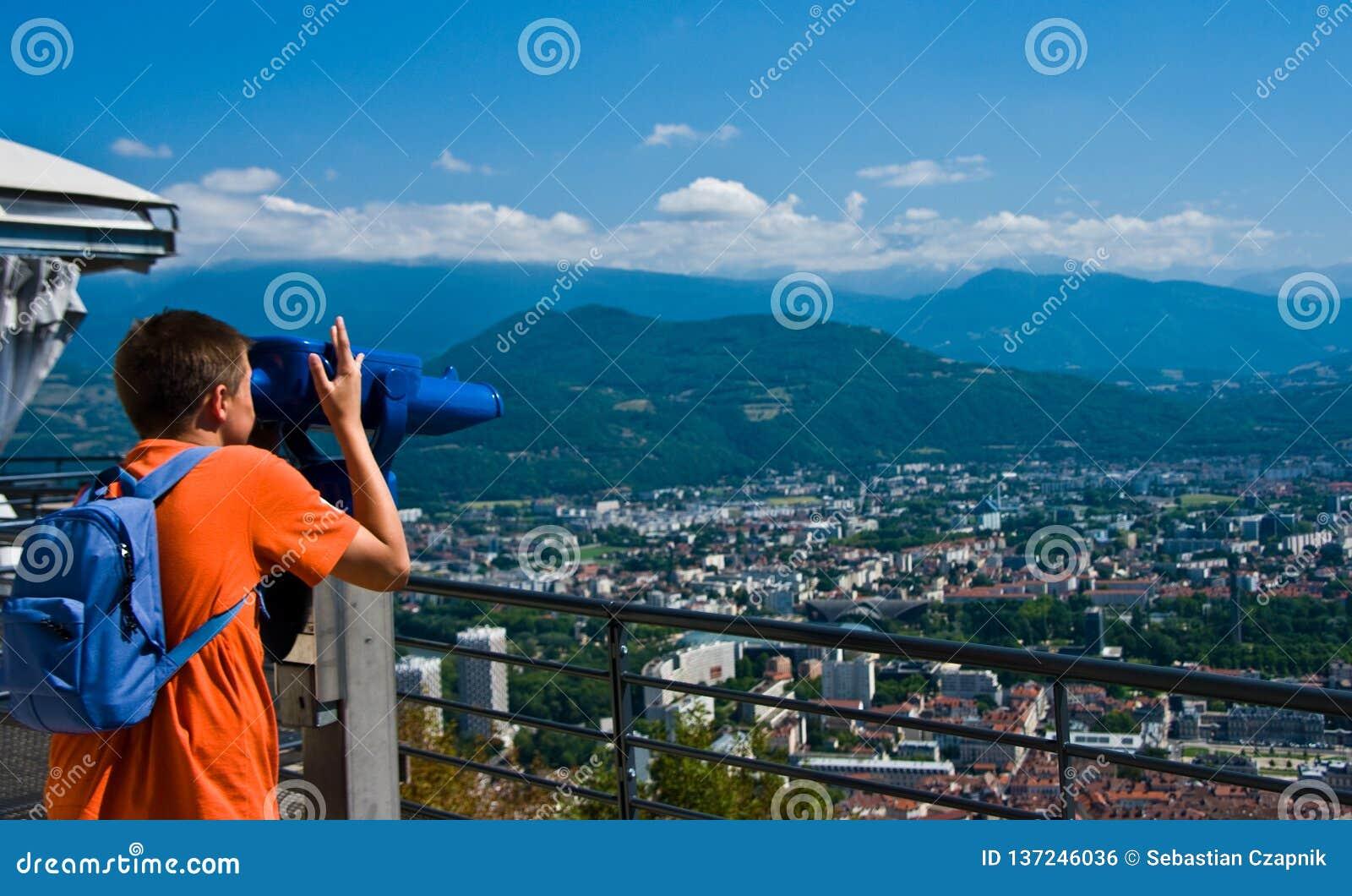 Adolescent regardant Grenoble de bastille