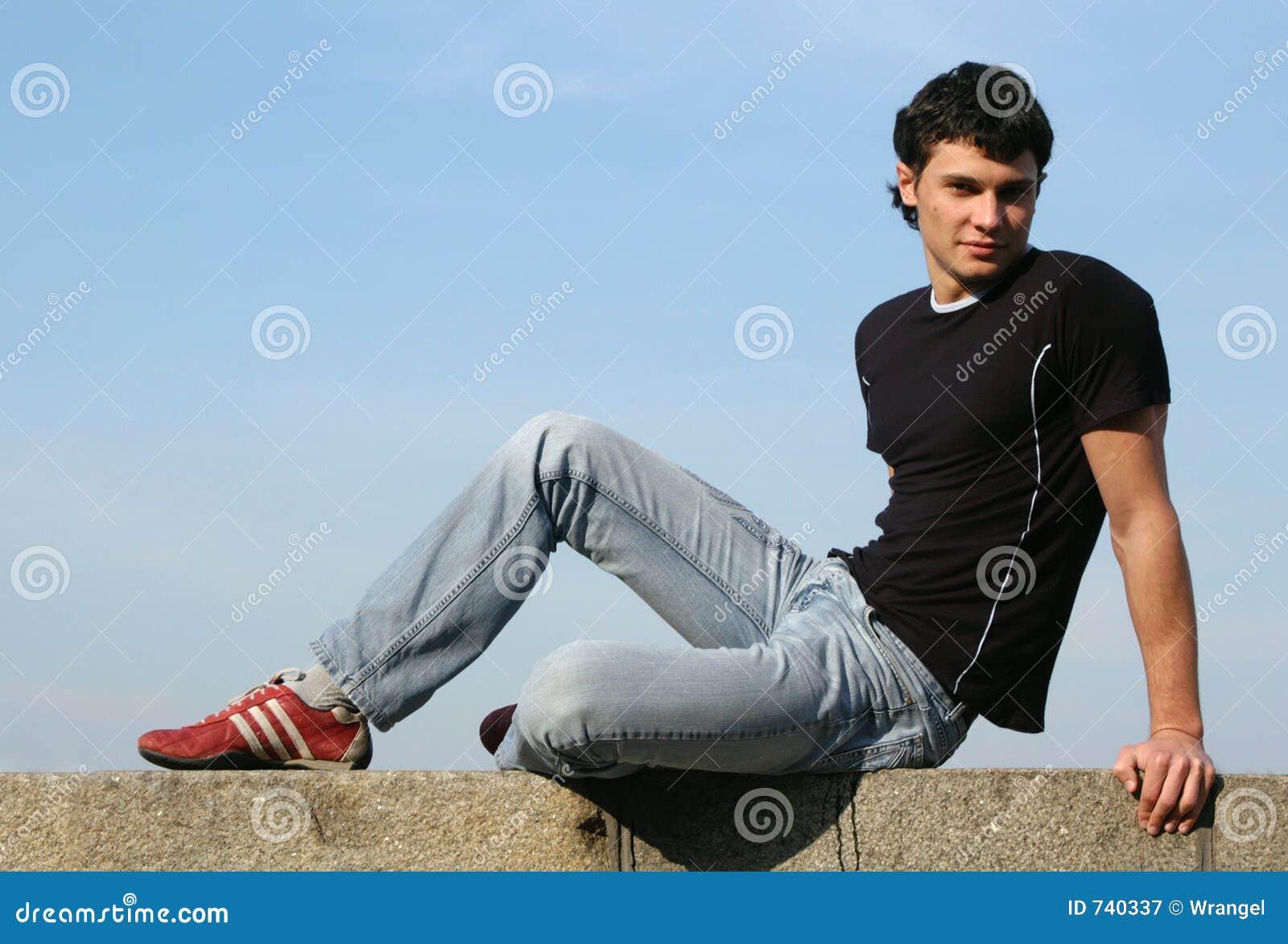 Adolescent s asseyant