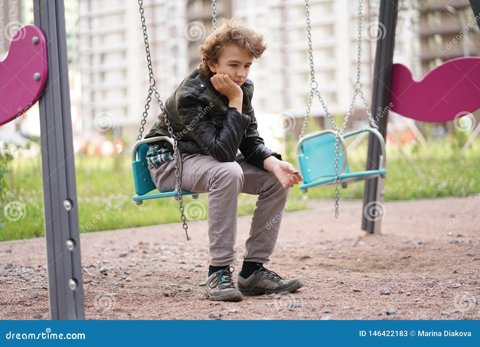 Adolescent seul triste ext?rieur sur le terrain de jeu les difficult?s de l adolescence dans le concept de communication