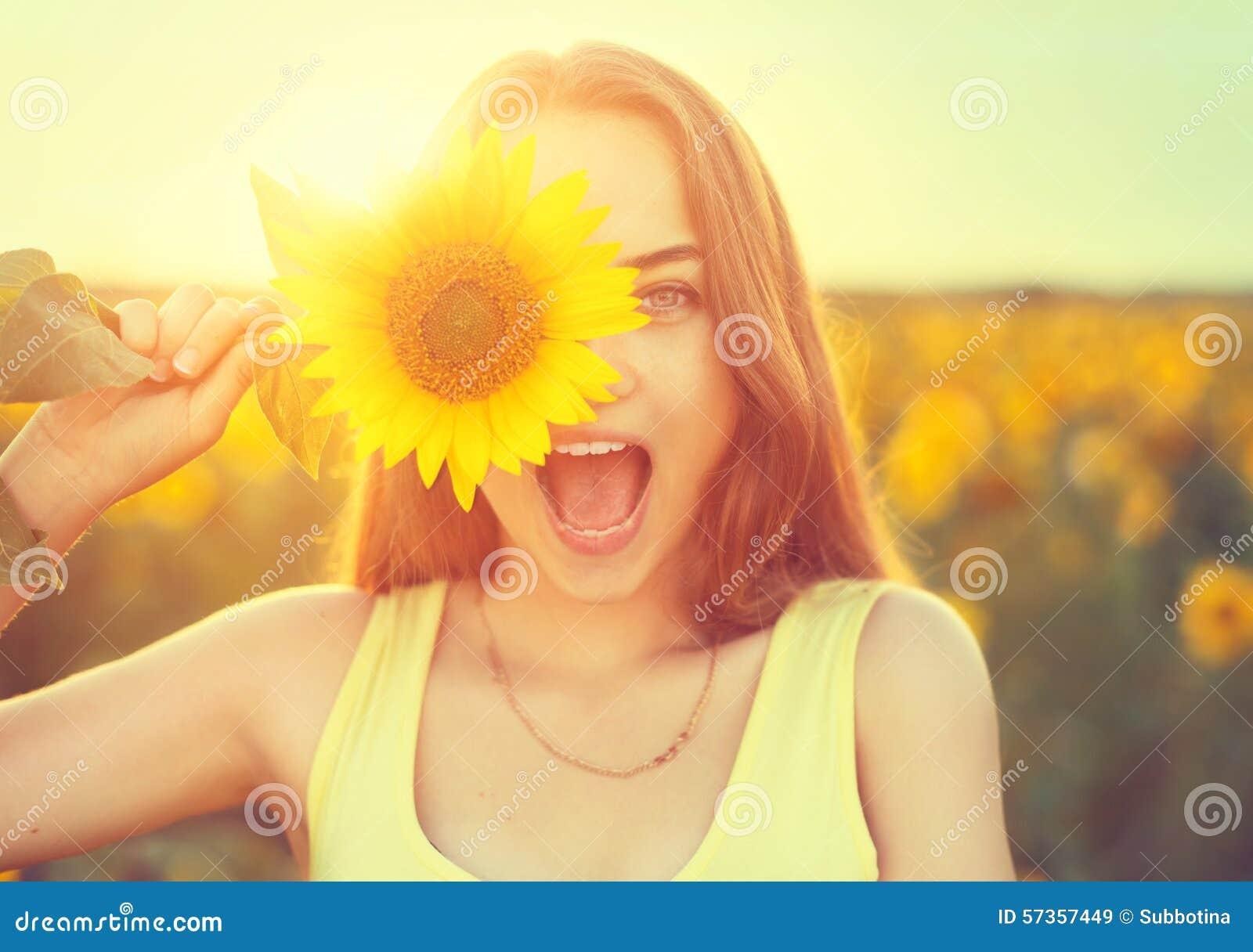 Adolescente alegre con el girasol