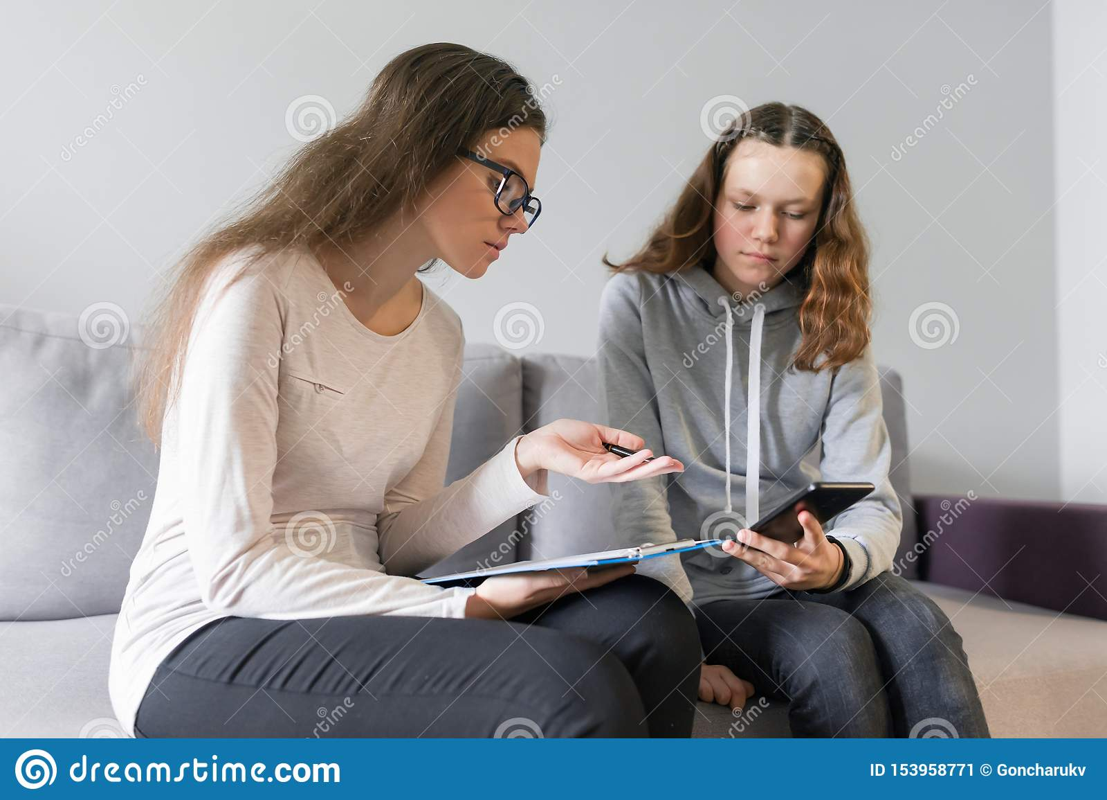 Adolescente 14, 15 anni della ragazza che parlano con psicologo della donna