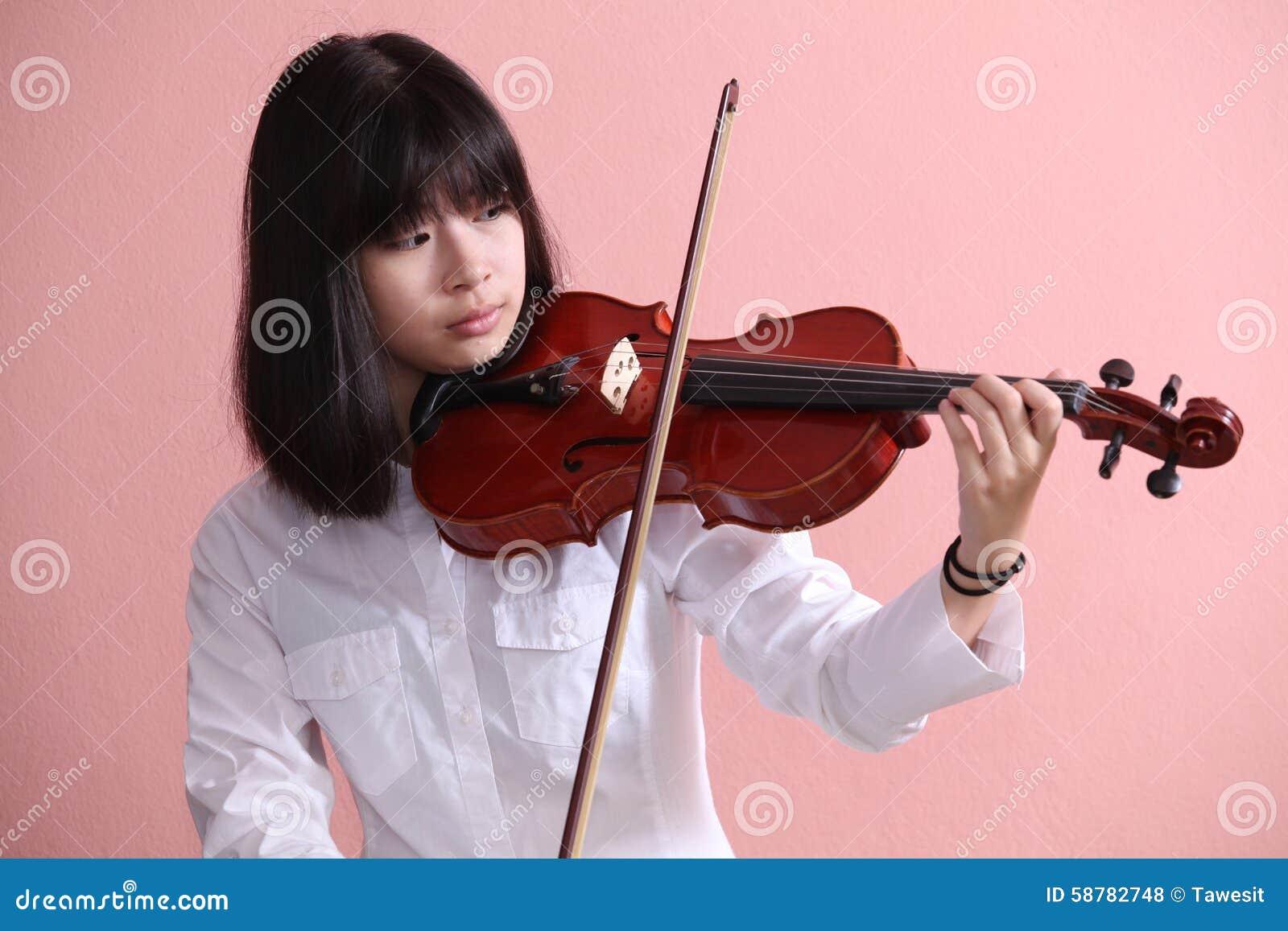 Adolescente asiático con el violín