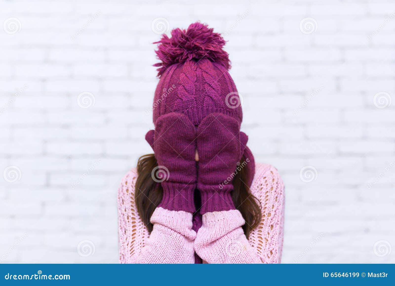 Adolescente attirante jugeant des bras couvrant le visage émotifs
