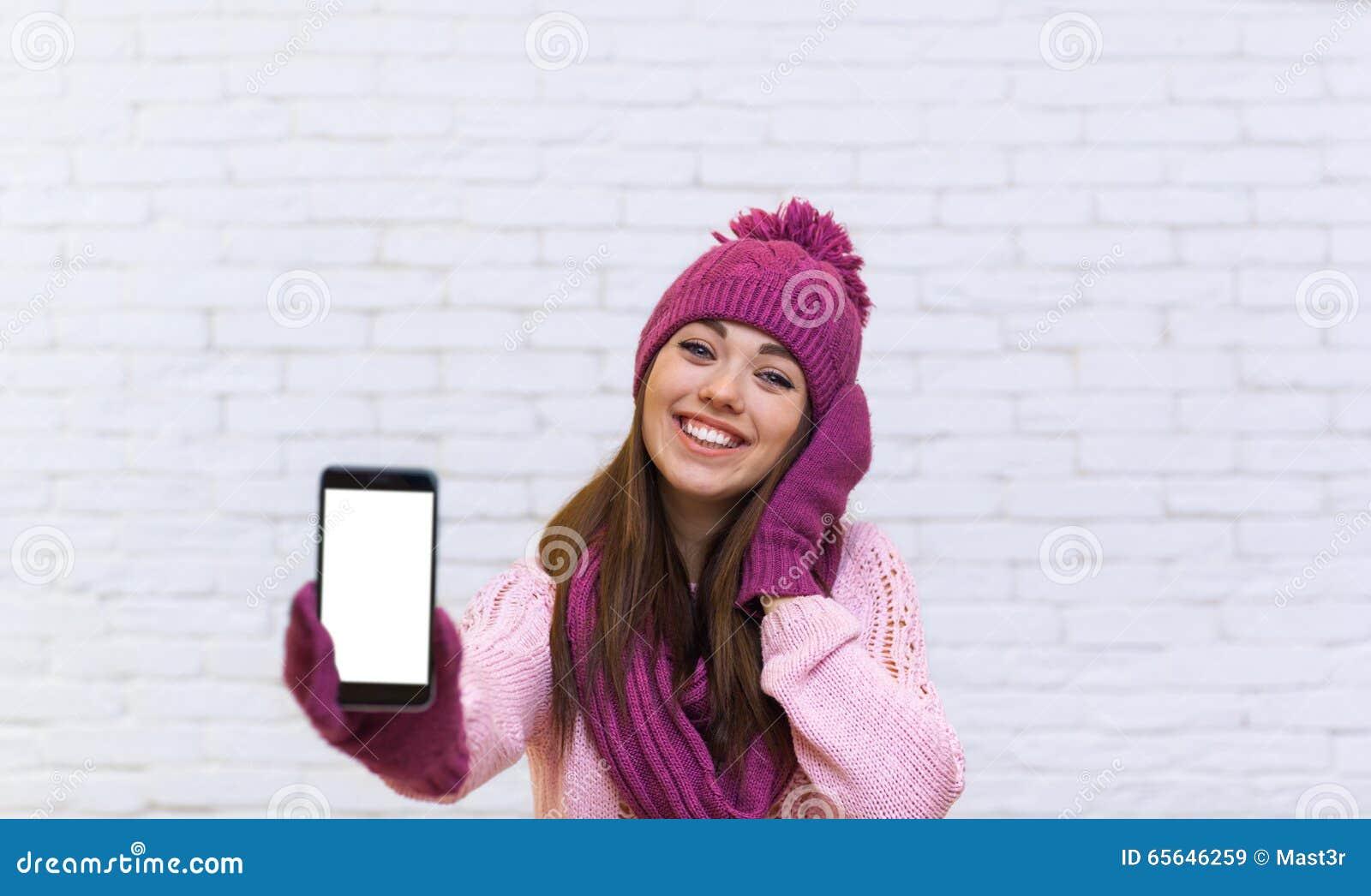 Adolescente attirante montrant l espace vide futé d écran tactile de téléphone de cellules