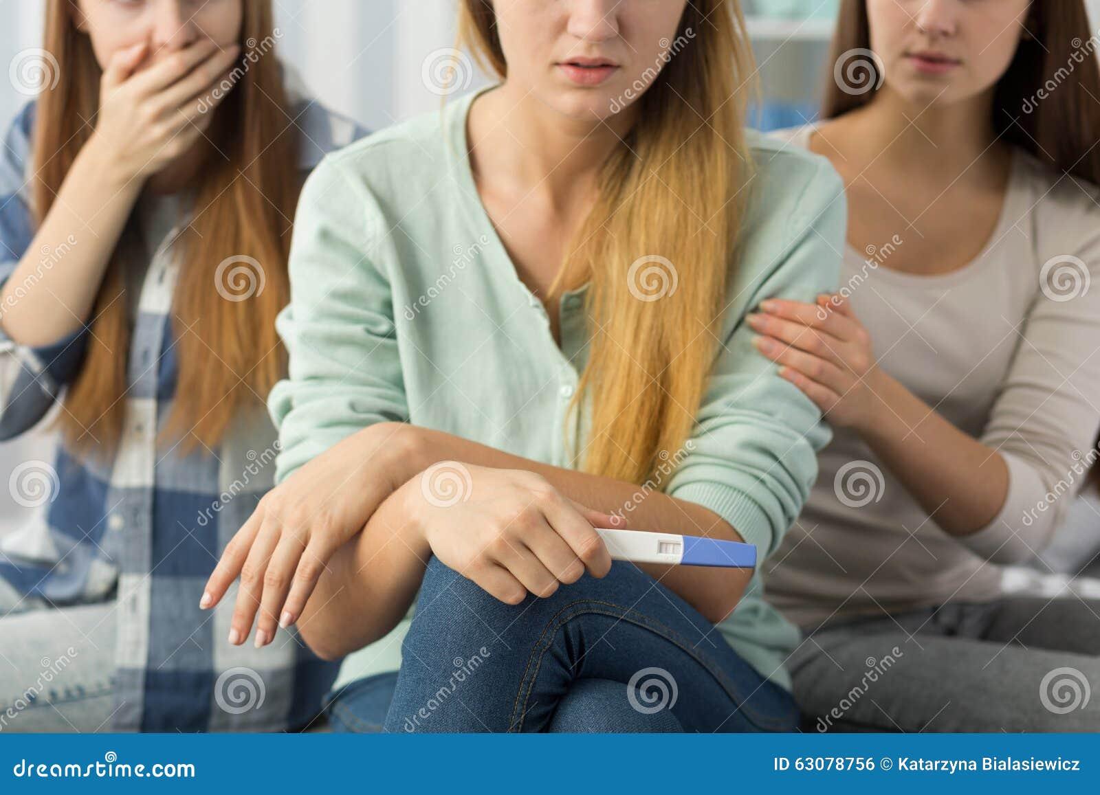 Download Adolescente Avec L'essai De Grossesse Photo stock - Image du essai, frappé: 63078756