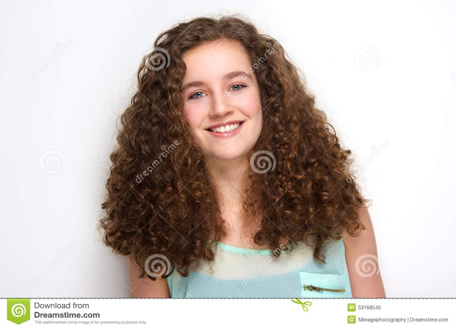 Adolescente bonito com sorriso do cabelo encaracolado