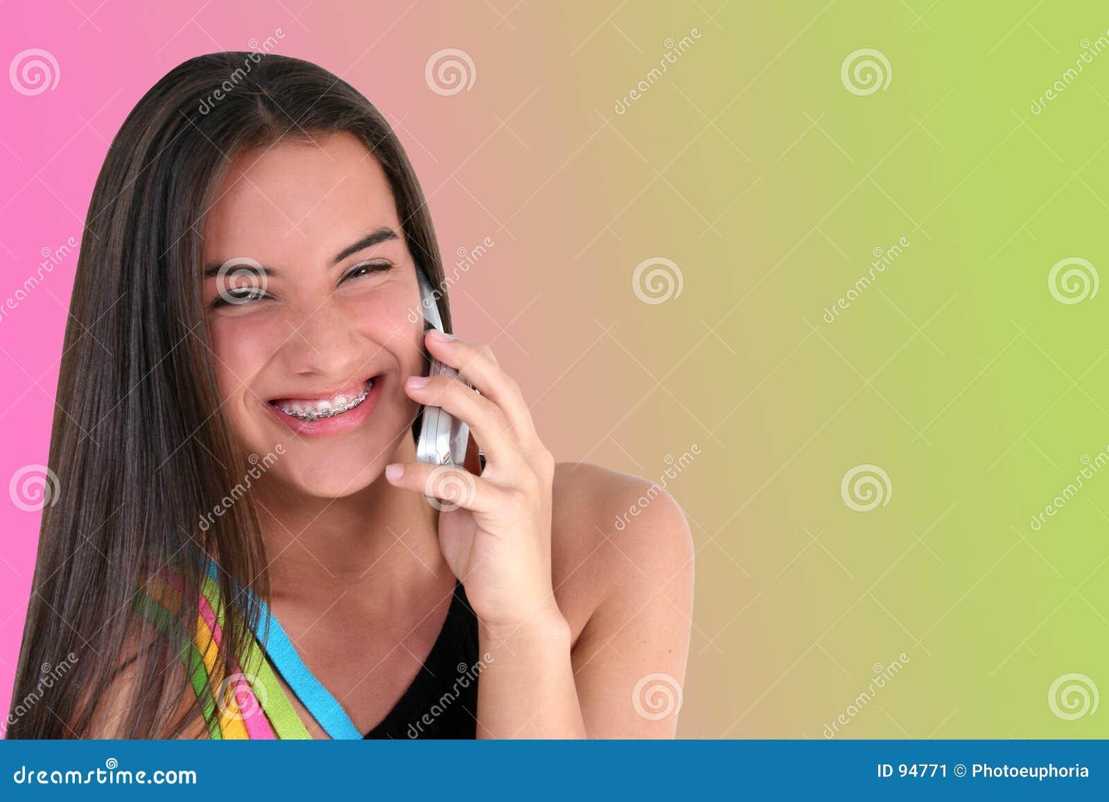 Adolescente bonito com telemóvel
