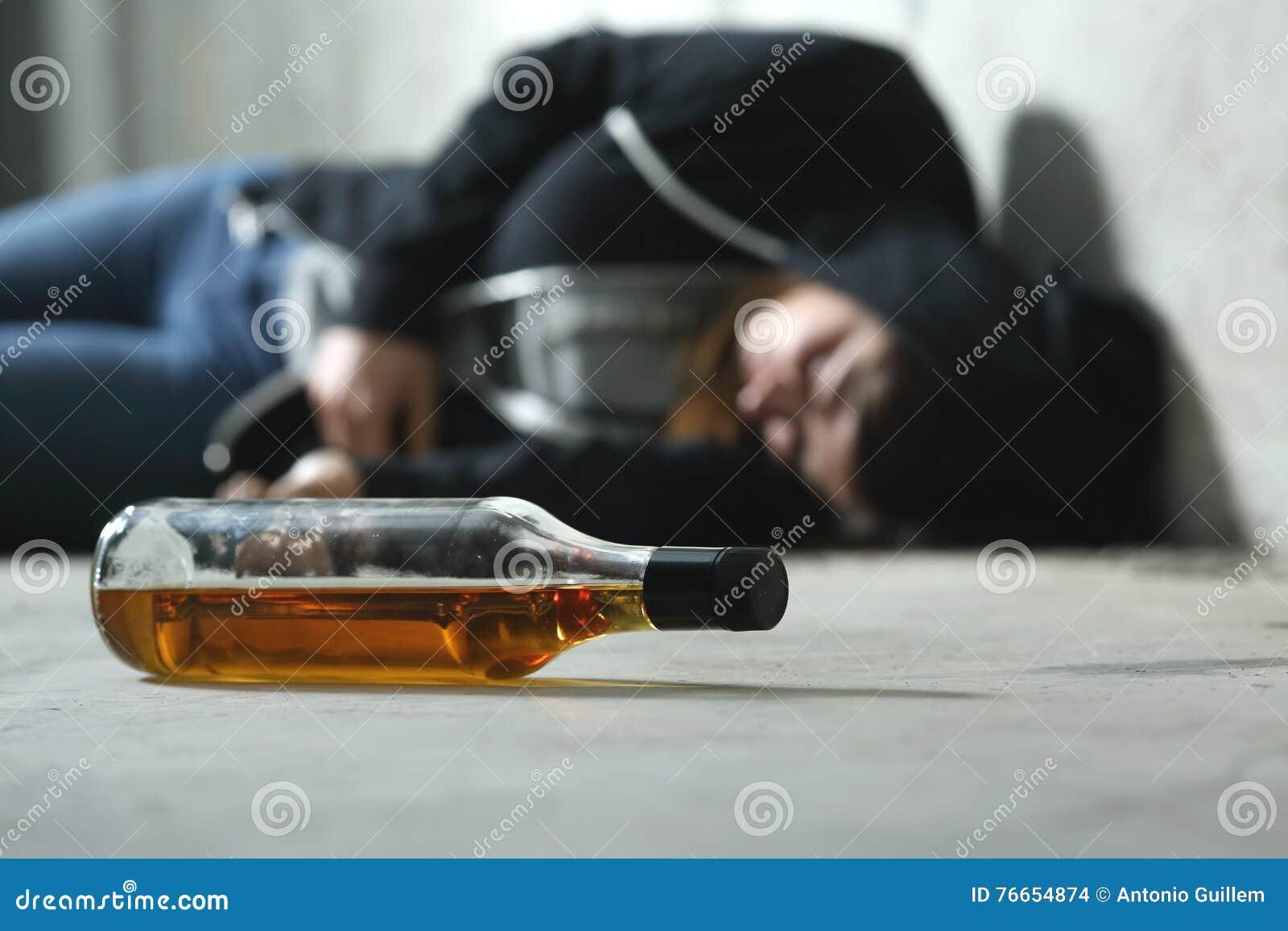 Adolescente borracho en el piso
