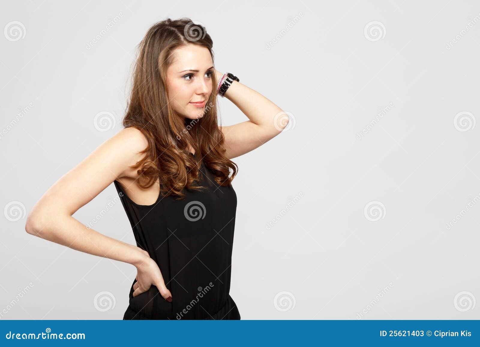 Adolescente brune magnifique de cheveu