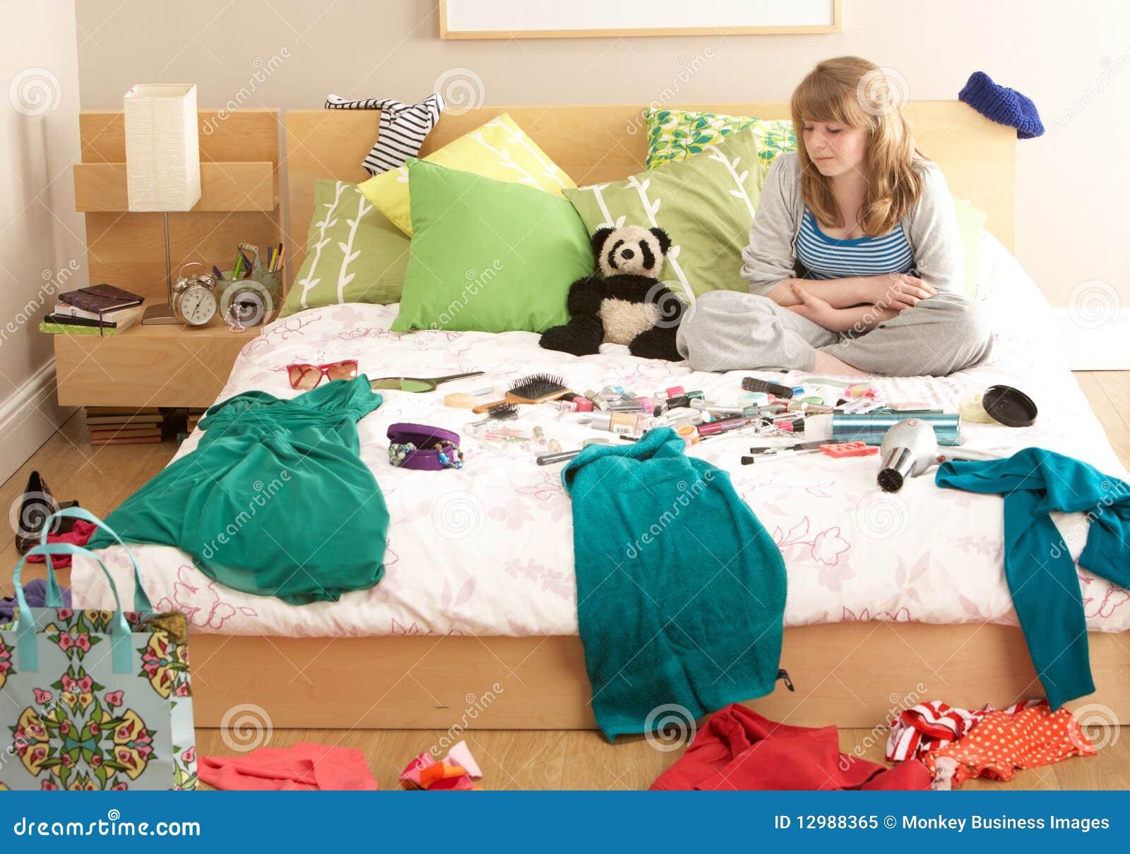 Adolescente in camera da letto disordinata immagine stock - Immagini di stanze da letto ...