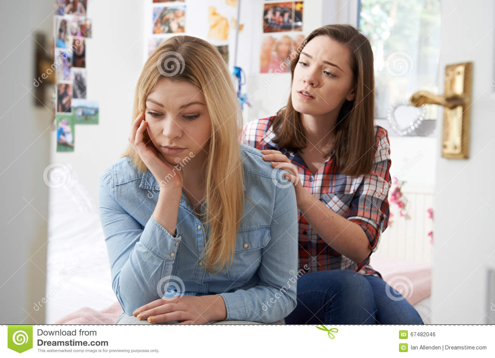 Adolescente che conforta amico infelice in camera da letto