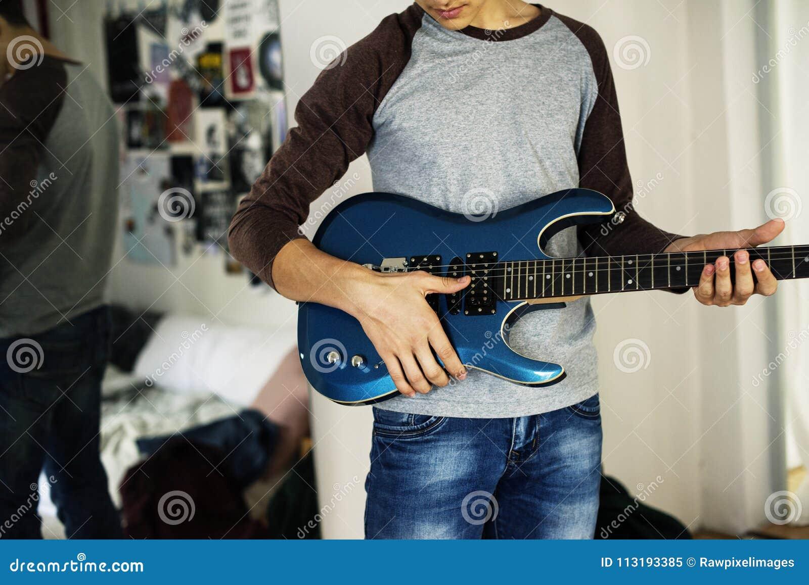 Adolescente Che Gioca Una Chitarra Elettrica In Un Concetto ...
