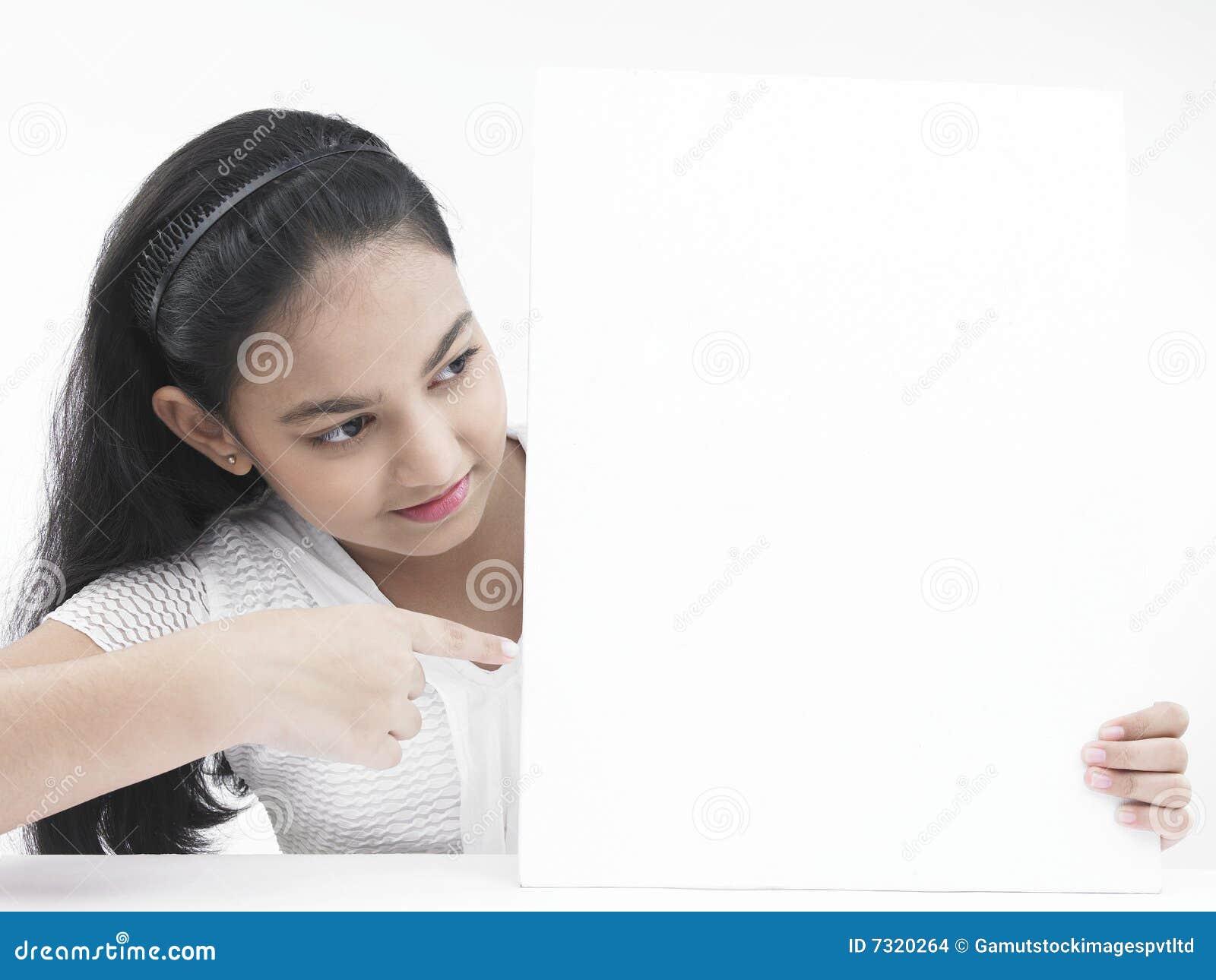 Adolescente che indica alla sua scheda
