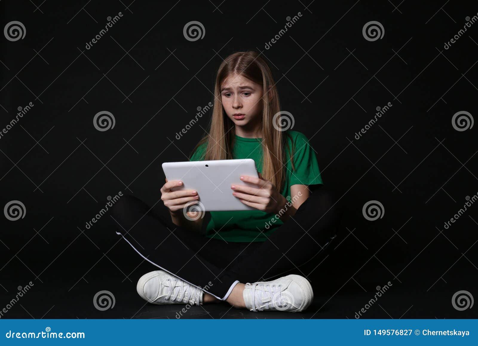 Adolescente chocado com tabuleta Perigo do Internet