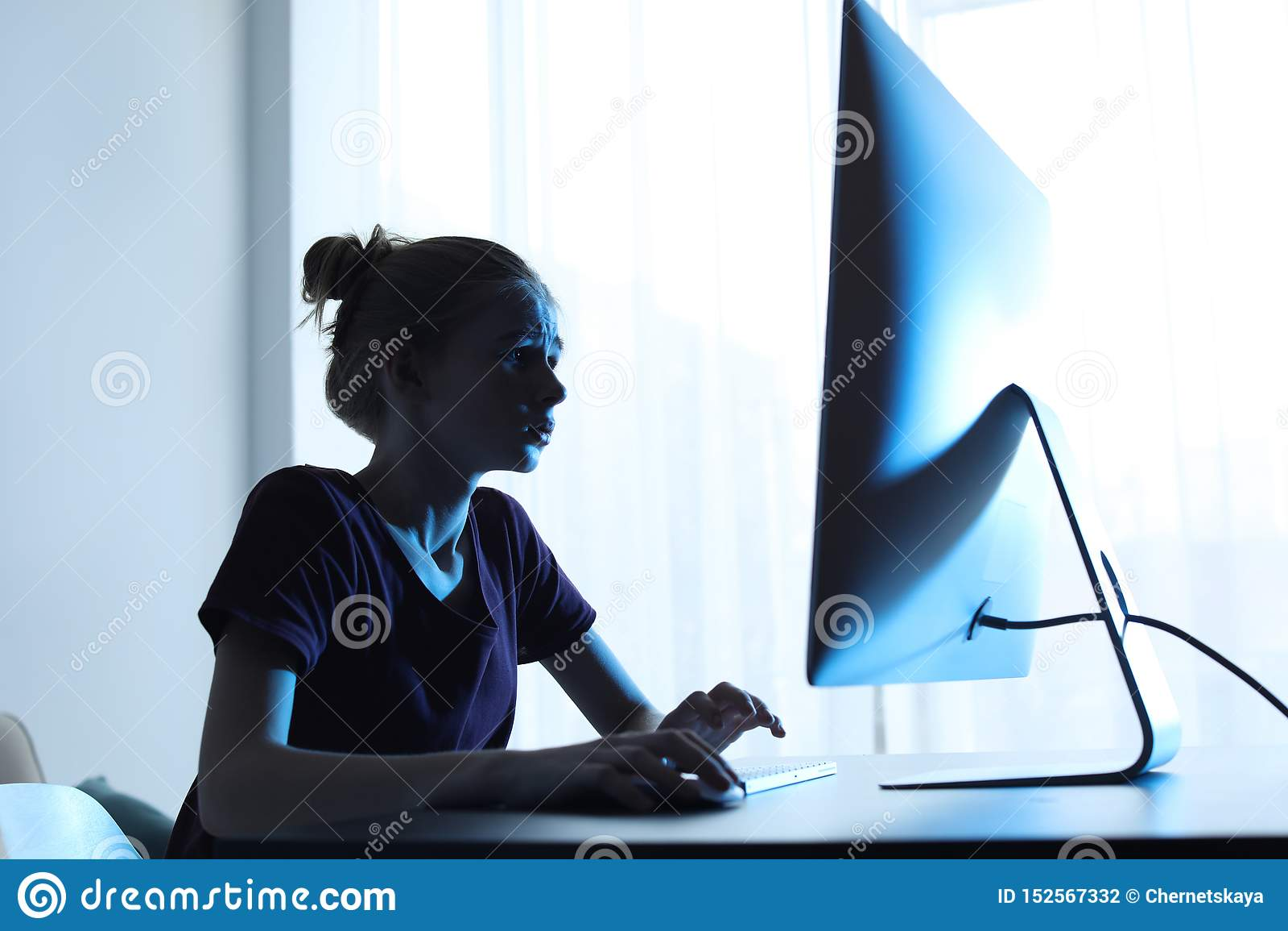 Adolescente chocado que usa o computador na tabela Perigo do Internet