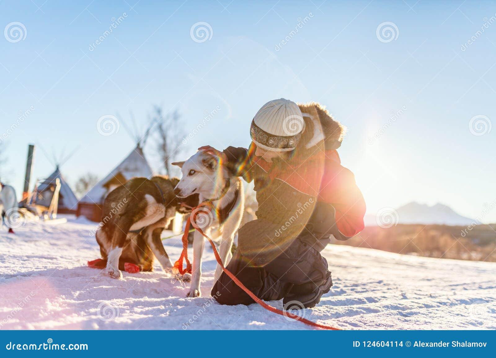 Adolescente com cão ronco