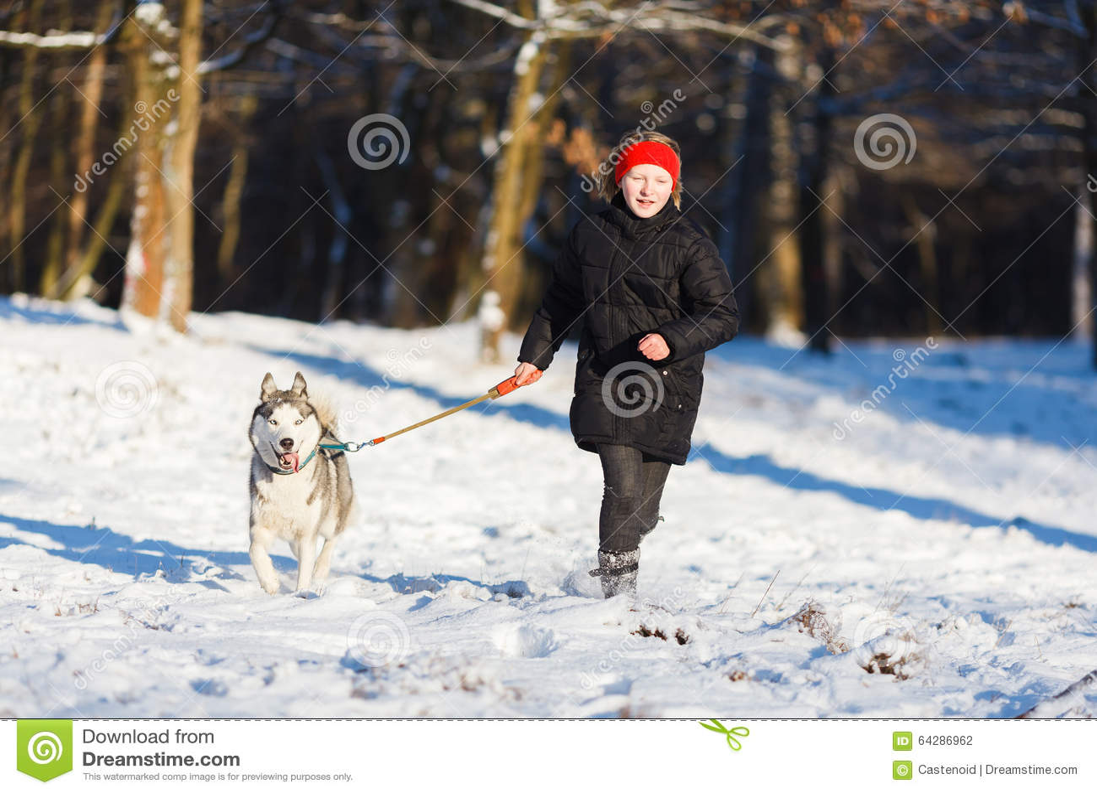 Adolescente com um cão ronco