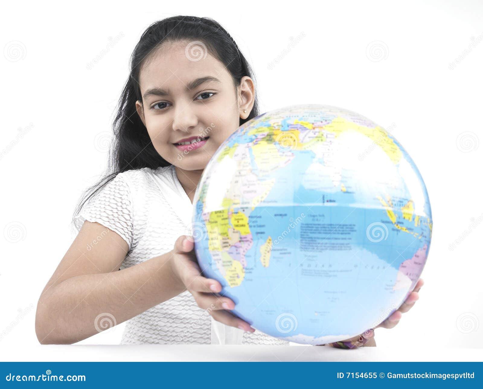 Adolescente com um globo