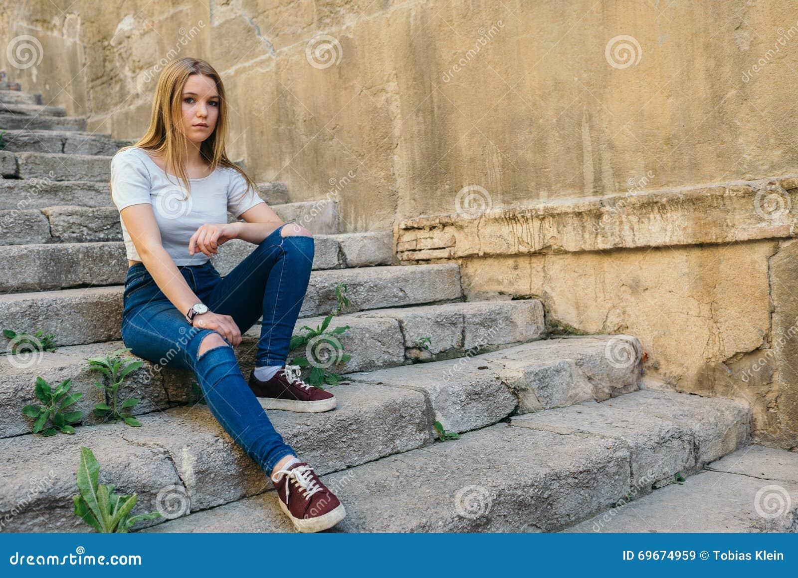 Adolescente con el carácter en Girona, España