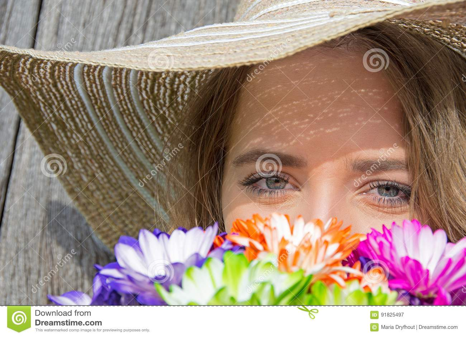 Adolescente con el ramo de la margarita