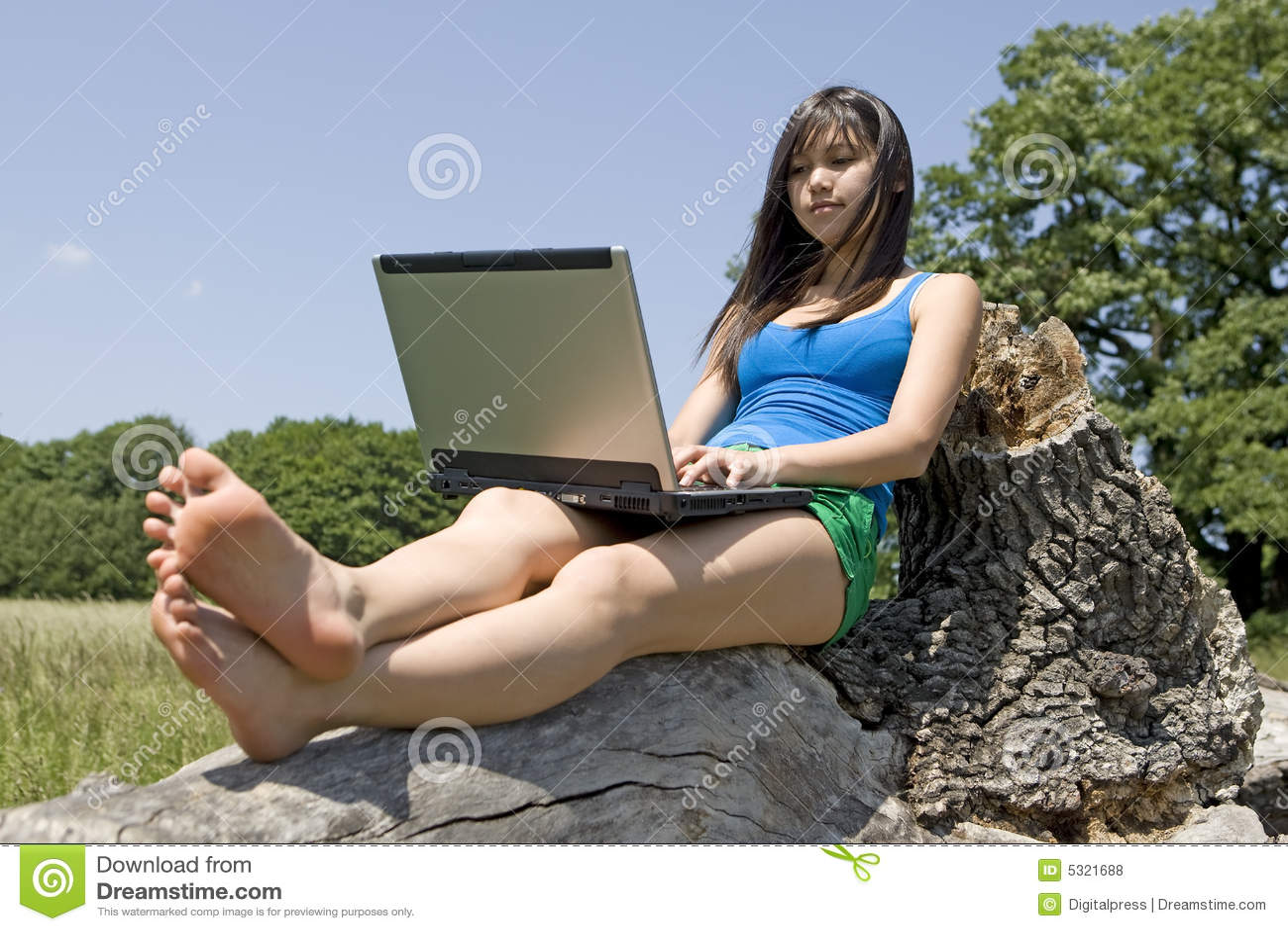 Download Adolescente Con Il Computer Portatile Fotografia Stock - Immagine di calcolatore, surfing: 5321688